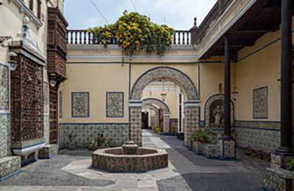 Azulejos: El segundo patio, decorado con azulejos dieciochescos y una pileta en medio, es uno de los encantos principales de la residencia.