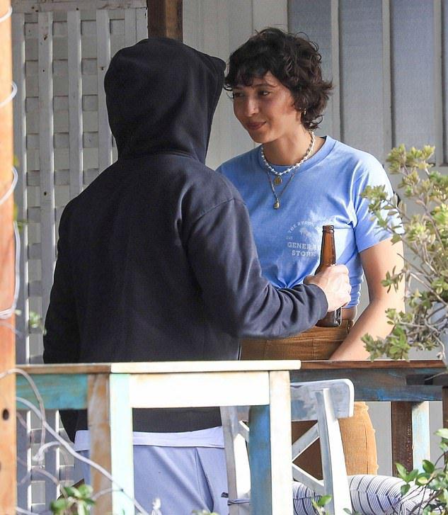 la novia de Zac Efron, Vanessa Valladares, dejó su trabajo en el café de Byron Bay donde se conocieron y se mudaron rápidamente con él. En la foto con Zac cuando estaba trabajando en la cafetería Byron Bay General Store el miércoles 1 de julio