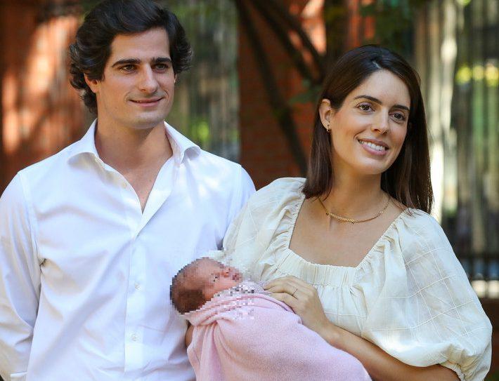 Fernando Fitz-James Stuart con Sofía Palazuelo y la pequeña Rosario, este domingo.