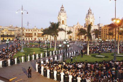 La plaza de armas de Lima estuvo abarrotada de personas que fueron a compartir con el tenor este especial momento.
