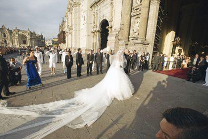 Julia hace su ingreso a la Catedral junto a su padre, Wilhelm Trappe. La novia no pudo ocultar su emoción y derramó algunas lágrimas al verse rodeada del clamor popular.