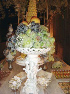 Detalle de las frutas glaseadas en la mesa de dulces.