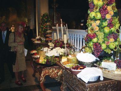 La mesa de quesos se dispuso sobre muebles coloniales del Museo de Osma.