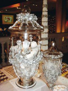 Bomboneras de cristal para las chocotejas y limones rellenos.