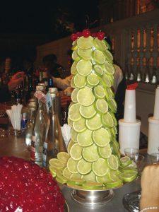 La barra del bar estuvo decorada con torres de limones y marrasquinos.