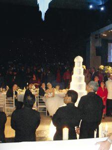 Matrimonio de Juan Diego Florez: Juan Diego y Julia, embelesados con las luces de los fuegos artificiales.