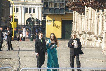 Alessandra Marianelli junto a su acompañante y a Ernesto Palacio, llegan al matrimonio de Juan Diego Florez.