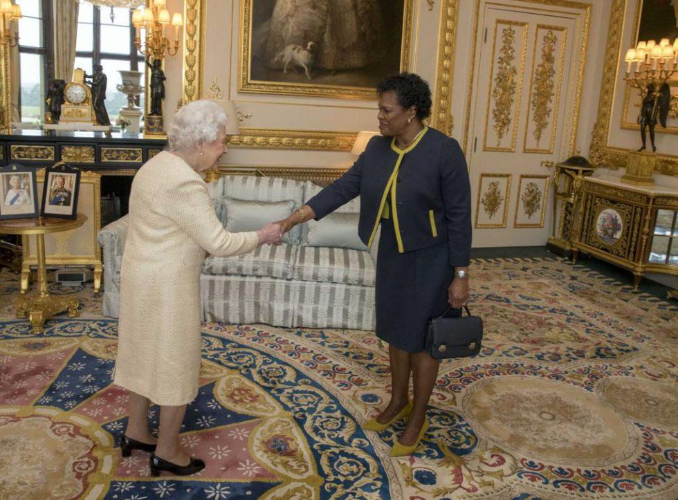 La reina Isabel y la primera ministra de Barbados, Mia Mottley.