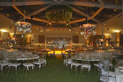 Las mesas estuvieron decoradas con arreglos de orquídeas y candelabros de plata.