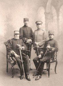 Coronel Francisco Llosa y Abril, veterano de la guerra con Chile, con sus hijos Carlos (teniente de caballería), Eduardo (capitán de gendarmería) y, sentado, Teobaldo Llosa Rivero (teniente coronel de artillería). Arequipa, 1918.
