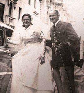 Teniente de infantería y futuro comandante general del Ejército, Otto Eléspuru, en su matrimonio con Lily Nejanovich.