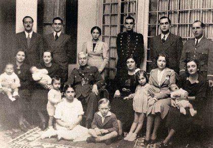 Tres generaciones de Montagne. El general Ernesto Montagne Markholz, varias veces ministro de Estado, y su familia: dos de sus hijos ingresarían al EP y uno a la Marina, y dos nietos serían futuros oficiales en la Marina.