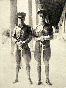 Eduardo Thornberry Lumbreras (der.) durante la campaña militar de 1941.