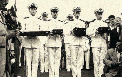Contralmirante Fernando Grau, como cadete naval, llevando las reliquias de su bisabuelo (3ero izq.) y capitán de navío a bordo del BAP Carvajal