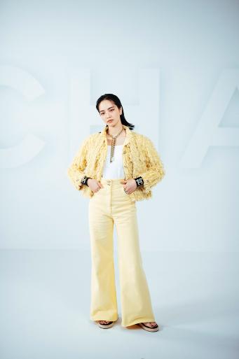 Nana KOMATSU, embajadora de CHANEL, lució una chaqueta de tweed amarilla con jeans a juego, look 16, de la colección Cruise 2021.