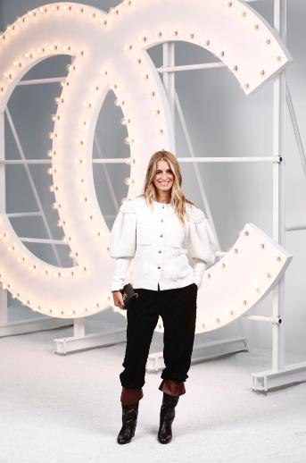 Joana PREISS, actriz francesa, lució una chaqueta de algodón blanca con pantalón de cuero negro, look 59, de la colección Prêt-à-porter Otoño-Invierno 2020/21.