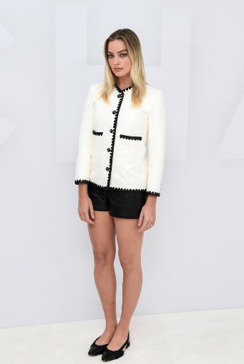 Margot ROBBIE, embajadora de CHANEL, lució una chaqueta de cuero blanco y negro con pantalones cortos de cuero negro, look 3, de la colección Cruise 2021.Zapatos CHANEL.
