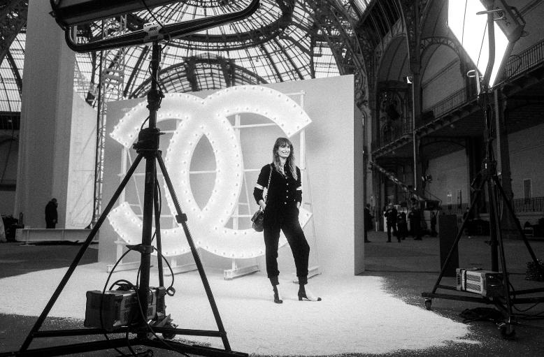 Caroline DE MAIGRET, embajadora de CHANEL, lució una chaqueta de terciopelo negro con pantalón a juego, look 48, de la colección Prêt-à-Porter Otoño-Invierno 2020/21.