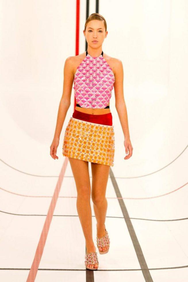 El primer look que Lila Moss presentó en el desfile de Miu Miu.