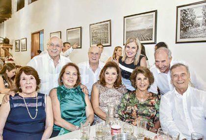Detrás: Eduardo y Fernando Ferrero, Cecilia Ossio y Armando Páez Delante: Pilar Díaz, Verónica y Lala Ferrero, Lía Farah y David Marsano.