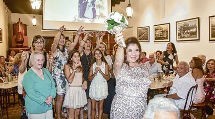 Lala Merino de Ferrero, arrojando el bouquet a las solteras.