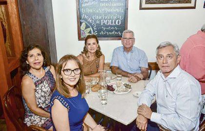 Mirtha Aparcana, Natalia Waltters, Teresa y Antonio Buendía, y Ramón Aparcana.