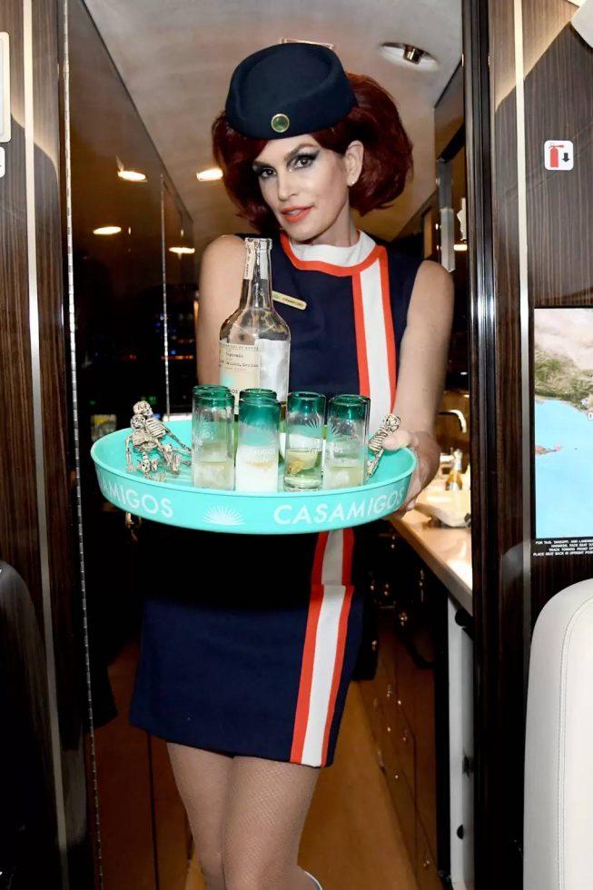 Cindy Crawford como tripulante de cabina.