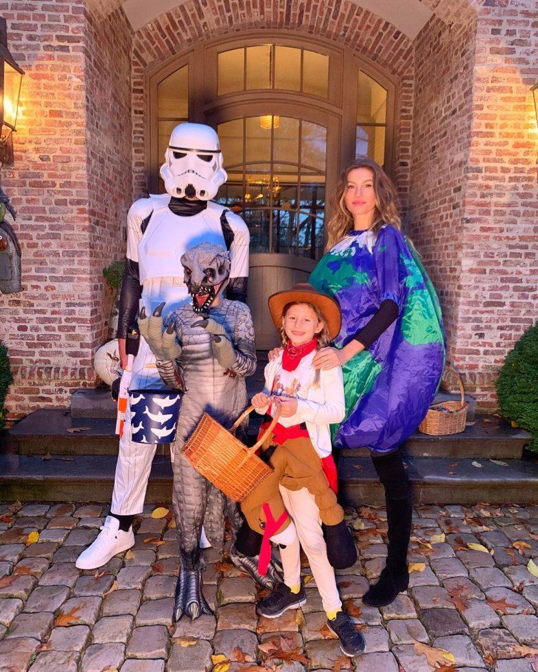 Gisele Bündchen y su familia también se salieron en busca de dulces.