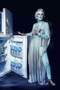 """Verónica Pflucker, nuestra """"Ice Queen"""": A Verónica sus amigos siempre la han apodado """"La reina del hielo"""", ya que está en ese negocio desde hace más de veinte años. Por ello, para esta ocasión le pareció divertido recrear a este personaje luciendo una túnica de seda de la diseñadora Pamela Gonzales y un elaborado maquillaje, obra de Sebastian Obsession."""