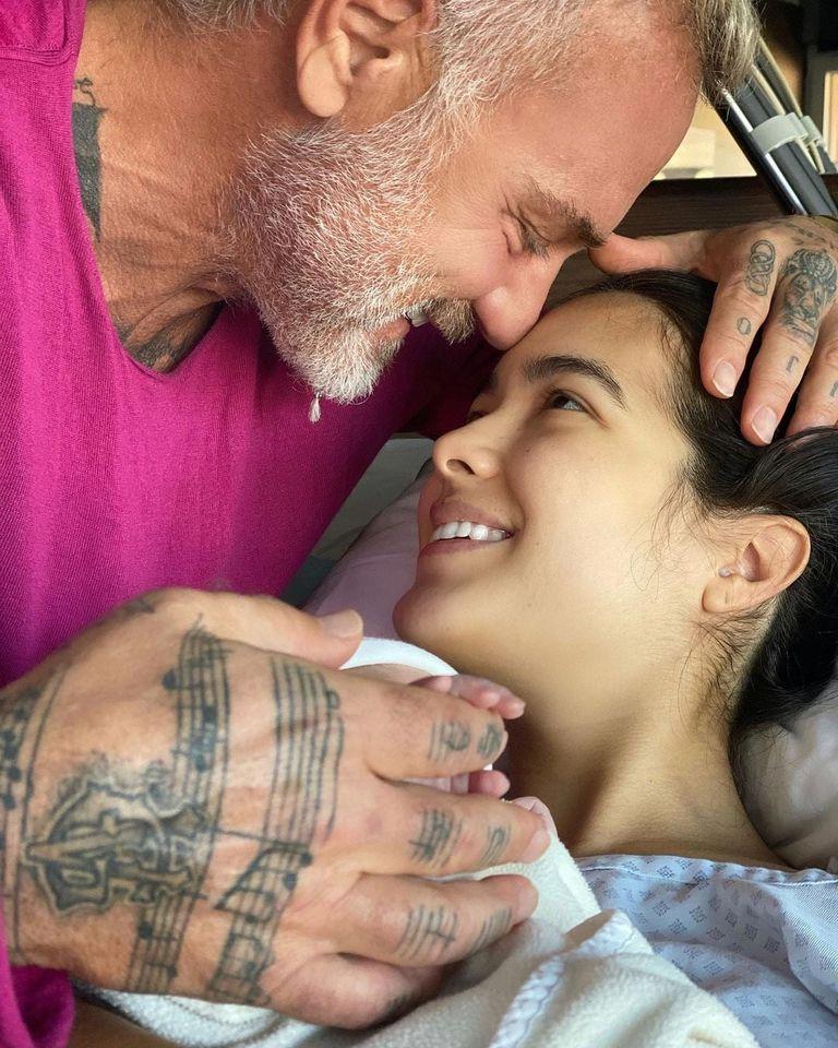 Gianluca Vacchi y Sharon Fonseca abrazan a Blu.