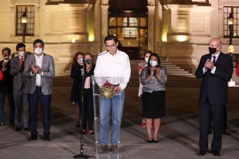 El presidente peruano Martín Vizcarra, rodeado de miembros de su gabinete, habló frente al palacio presidencial en Lima luego de que los legisladores votaran para destituirlo de su cargo el lunes.