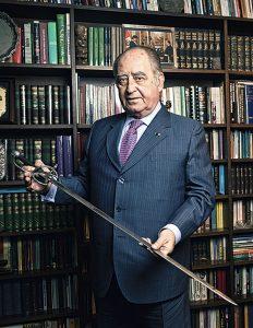 Flores-Aráoz desenvaina una réplica del arma que llevó Francisco Bolognesi hasta la muerte.