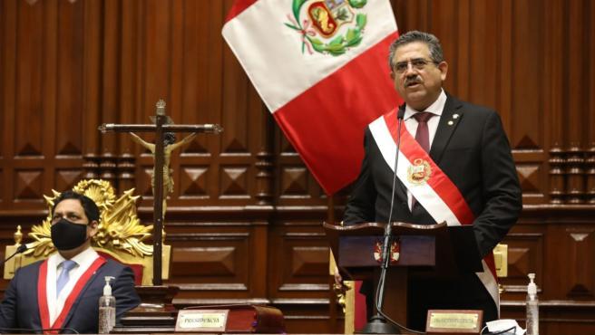 Manuel Merino juramenta entre protestas