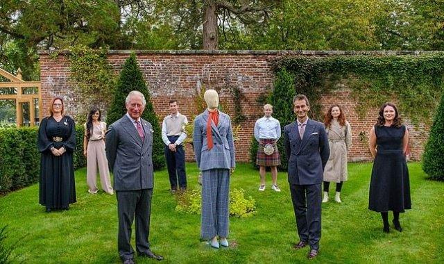 El príncipe Carlos y el director ejecutivo de YOOX Net-a-Porter, Federico Marchetti, junto a varios de los diseñadores de la colección