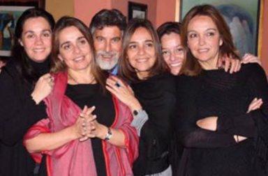 El nuevo líder peruano mantiene un estrecho contacto con sus hijas chilenas. En la foto, Pamela Pavez, de chal rojo, junto a sus hermanas y Francisco Sagasti.