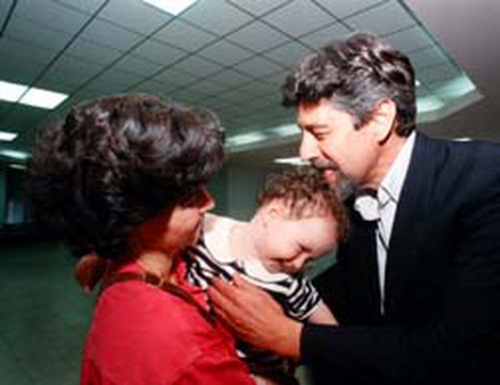 Francisco Sagasti en su llegada al aeropuerto internacional Juan Santamaría en diciembre de 1996 , luego de vivir un secuestro en Perú en la embajada de Japón.