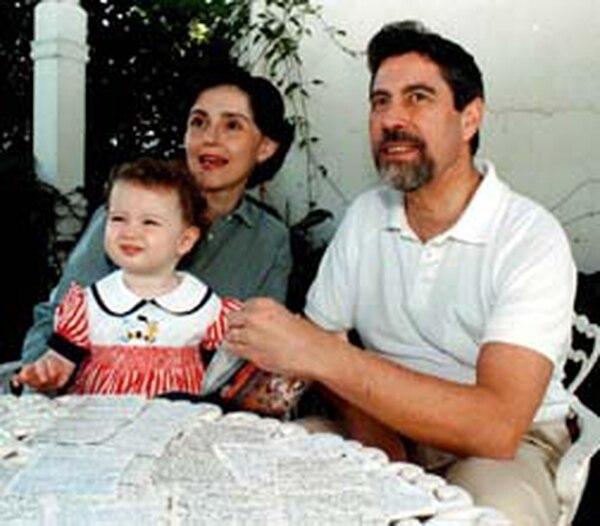 Francisco Sagasti, actual presidente de Perú, su esposa Silvia Charpentier y la hija de ambos.