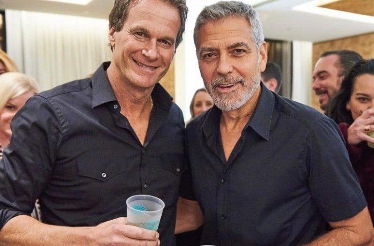 Clooney le da un millón de dólares a sus amigos