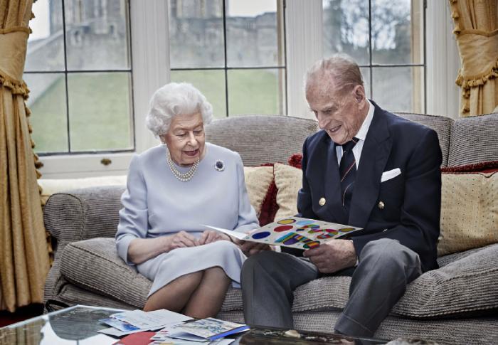 Elizabeth II y el duque de Edimburgo serán vacunados próximamente del coronavirus al ser considerados personas de riesgo -ella tiene 94 años y él 99 años-.