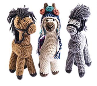 Caballitos y llamitas amigurumis. Tejidos a mano en 100% alpaca por las tejedoras de Misión Huascarán.