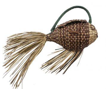 Bolso de Pez, de Ana María Guiulfo, inspirado en la cultura nasca, y en honor a los pescadores peruanos de la cultura, este bolso está completamente tejido por manos artesanales peruanas.