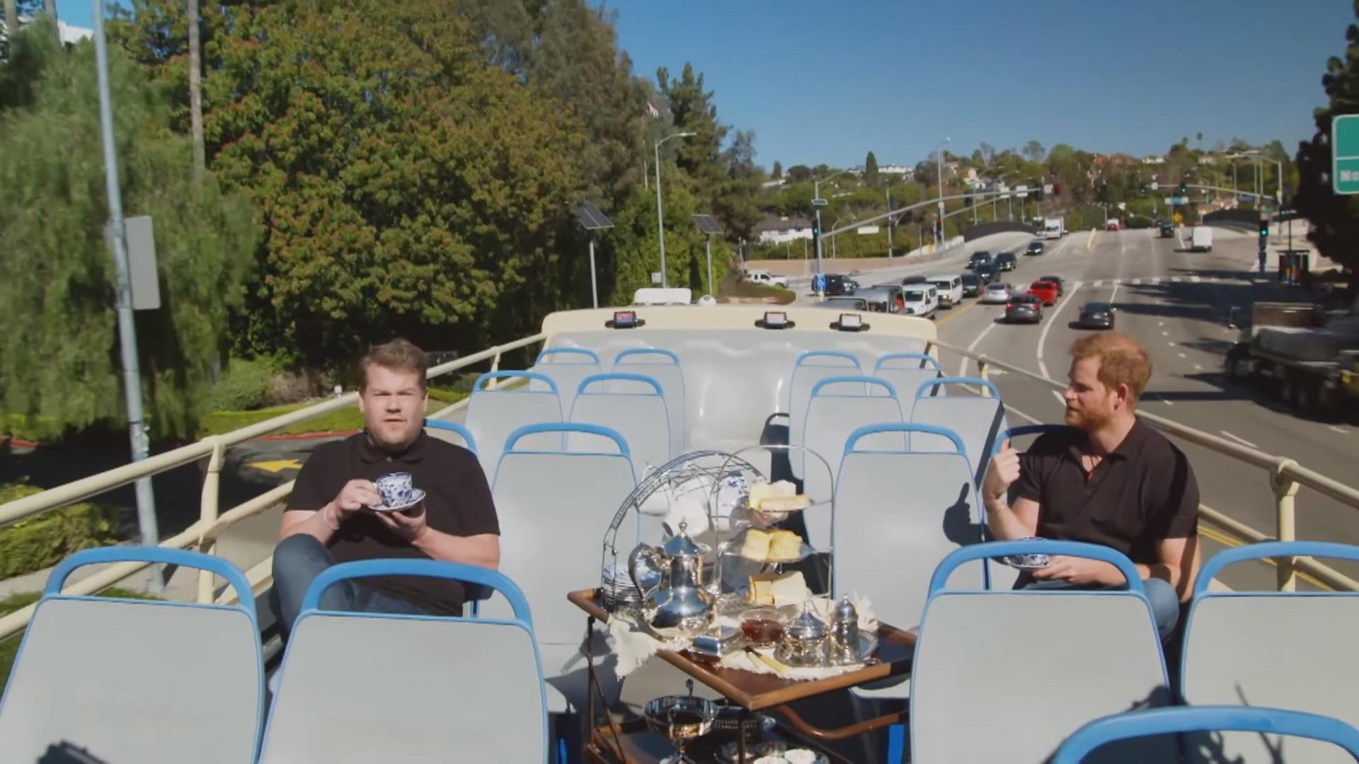 príncipe Harry y James Corden tomando té