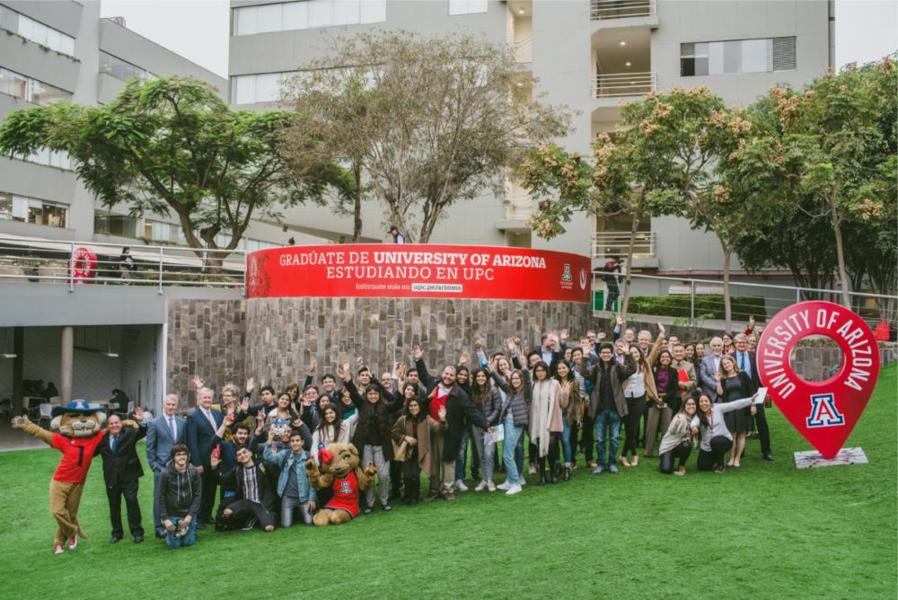 Alumnos de la primera promoción del programa celebrando su admisión con autoridades de UPC y The University of Arizona.