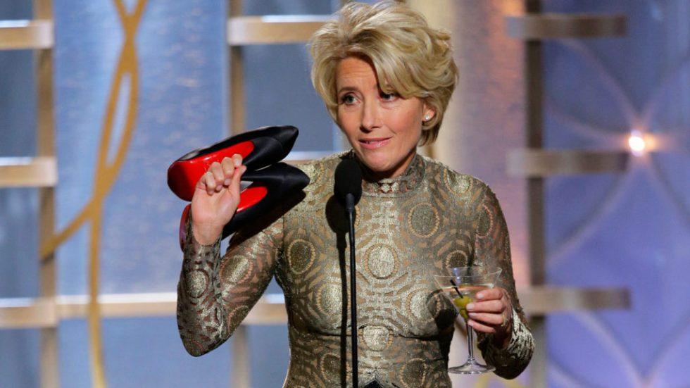 Con un Martini en en una mano y sus zapatos en la otra, Emma Thompson no podía abrir el sobre para anunciar a los nominados al premio de mejor guionista en los Golden Globes.