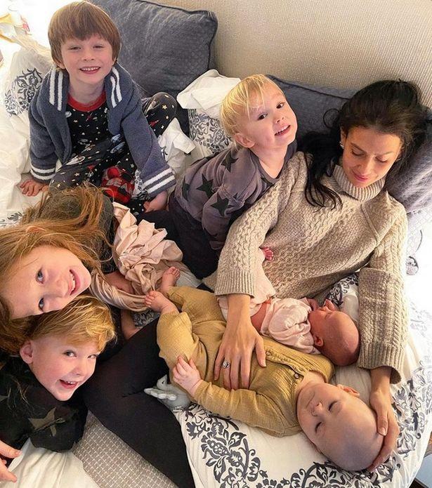 La publicación de Hilaria Instagram de Hilaria mostraba al nuevo bebé junto a ella y los otros hijos de Alec