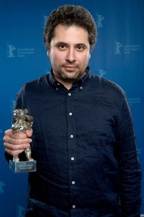 El director rumano Radu Jude recibe el Oso de Oro en la Berlinale.