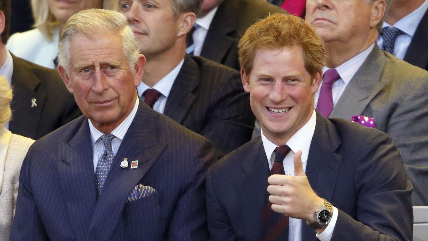 Carlos de Gales y su hijo el príncipe Harry