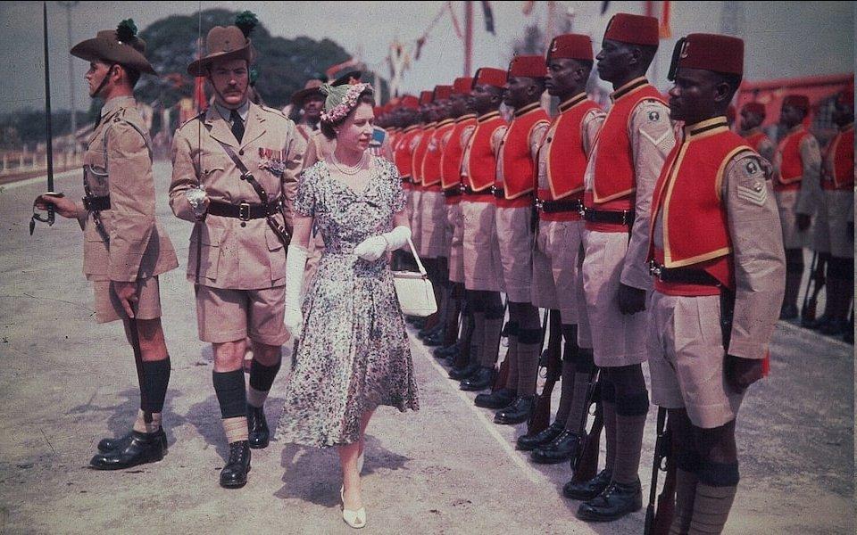La Reina inspecciona a los hombres del propio Regimiento de Nigeria de la Reina durante su gira por la Commonwealth, 1956CRÉDITO: Hulton Deutsch / Corbis Historical