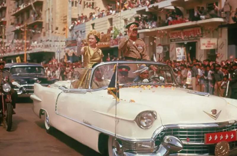 Elizabeth II es conducida por las calles de Karachi durante su gira por Pakistán, 1961CRÉDITO: Archivo Hulton