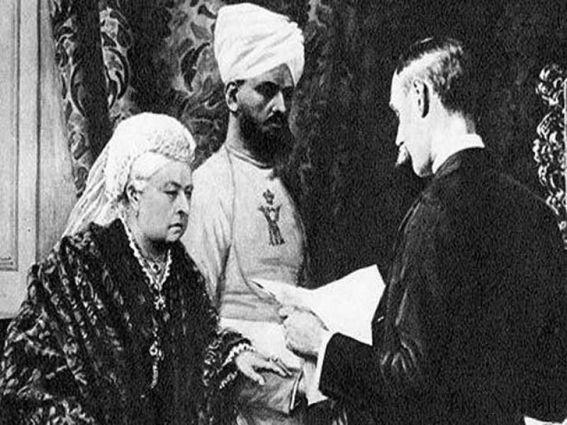 Victoria y su munshi Abdul Karim, escuchando un despacho leído por su secretario privado, Arthur Bigge, 1896CRÉDITO: UPPA / Photoshot